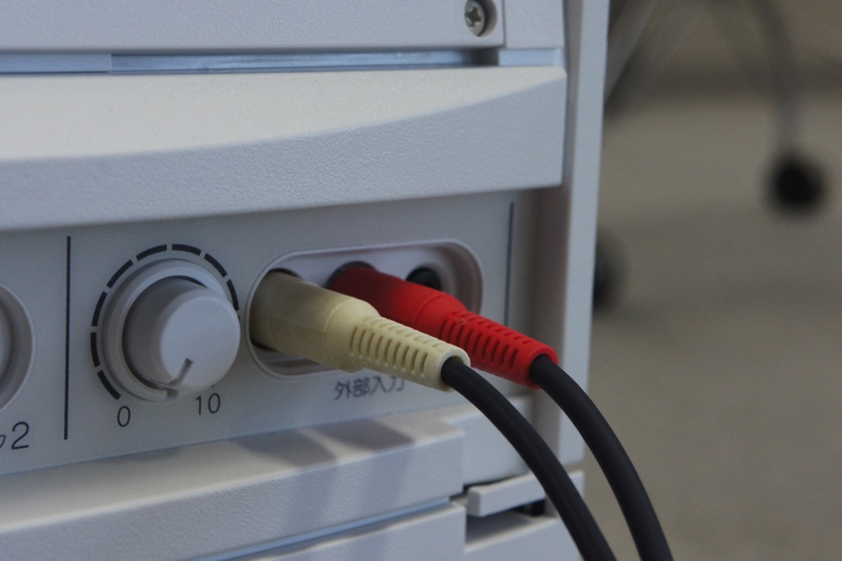 スピーカー側の端子に接続